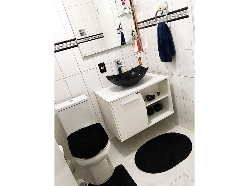 Ipiranga, Apartamento Padrão-Banheiro social com piso de cerâmica, teto com moldura de gesso, pia com cuba sobreposta e box de vidro.