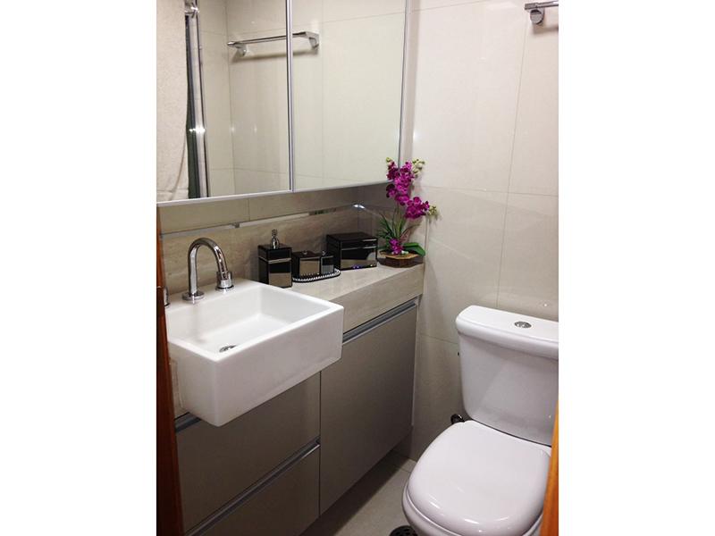 Jabaquara, Apartamento Padrão-Banheiro da suíte com piso de porcelanato, espelhos, teto com moldura de gesso, pia com bancada de mármore, cuba sobreposta, gabinete e box de vidro.