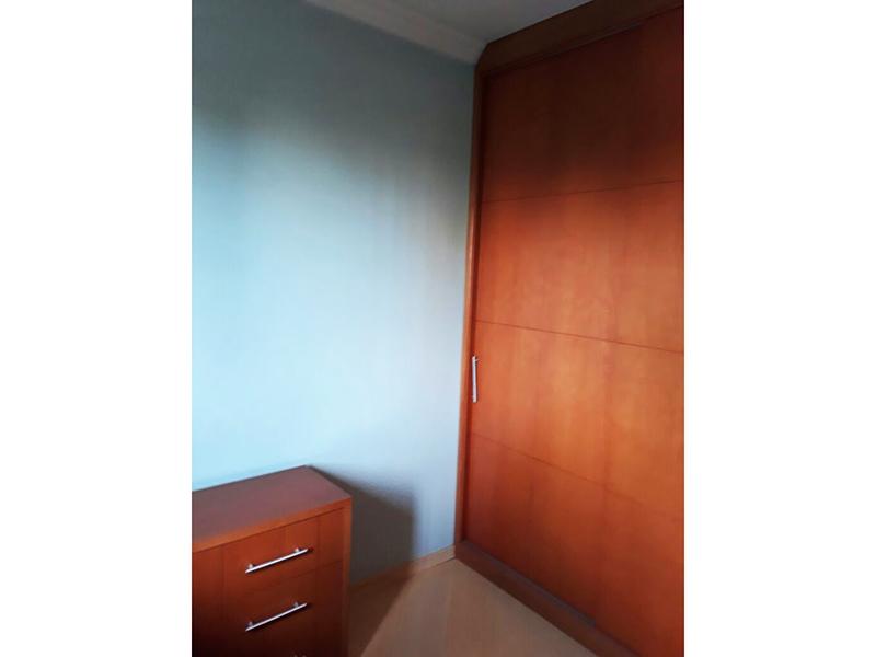 Ipiranga, Apartamento Padrão-Dormitório com piso laminado, teto com moldura de gesso e armários planejados.