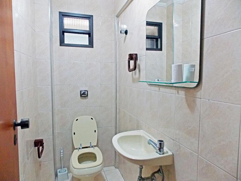 Ipiranga, Apartamento Padrão-Lavabo com piso de cerâmica, teto com moldura de gesso e pia de porcelana.