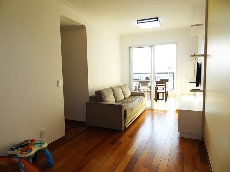 Ipiranga, Apartamento Padrão - Sala retangular com piso de madeira, teto com moldura de gesso e acesso à varanda.