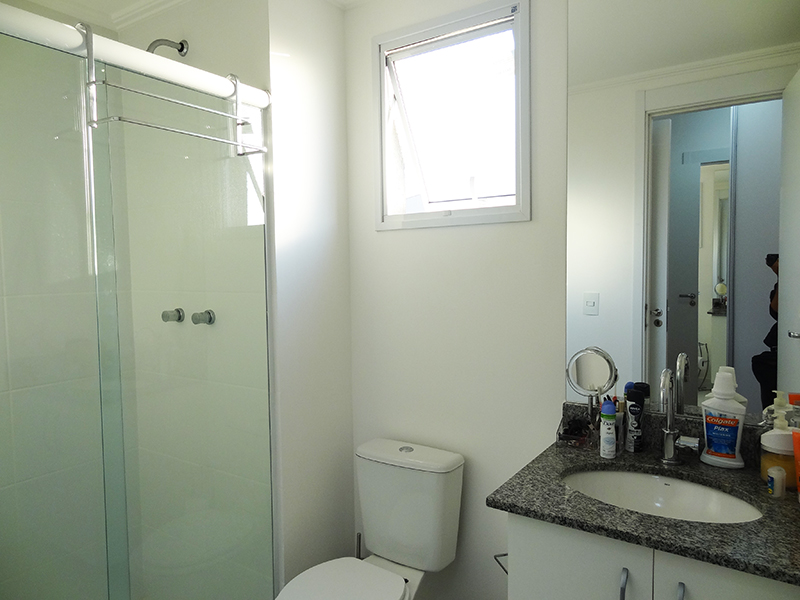 Ipiranga, Apartamento Padrão-Banheiro da suíte com piso de cerâmica, teto com moldura de gesso, pia de granito com gabinete e box de vidro.
