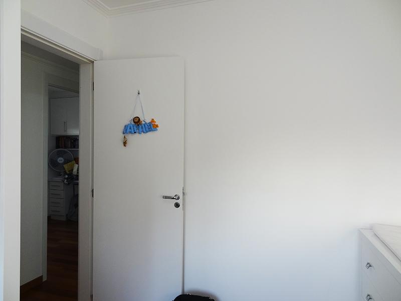 Ipiranga, Apartamento Padrão-Dormitório com piso de madeira, teto com moldura de gesso e armários planejados.