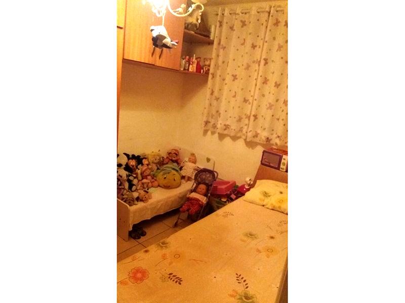 Sacomã, Apartamento Padrão-Dormitórios com piso de cerâmica e janela com tela de proteção.