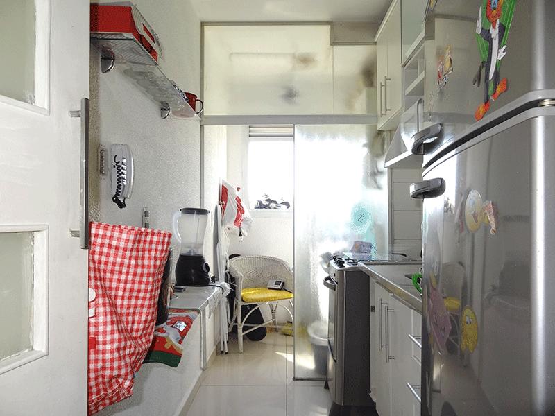 Ipiranga, Apartamento Padrão-Cozinha com piso de porcelanato, pia de mármore, gabinete, armários planejados, teto com moldura de gesso e porta de vidro na passagem para a área de serviço.
