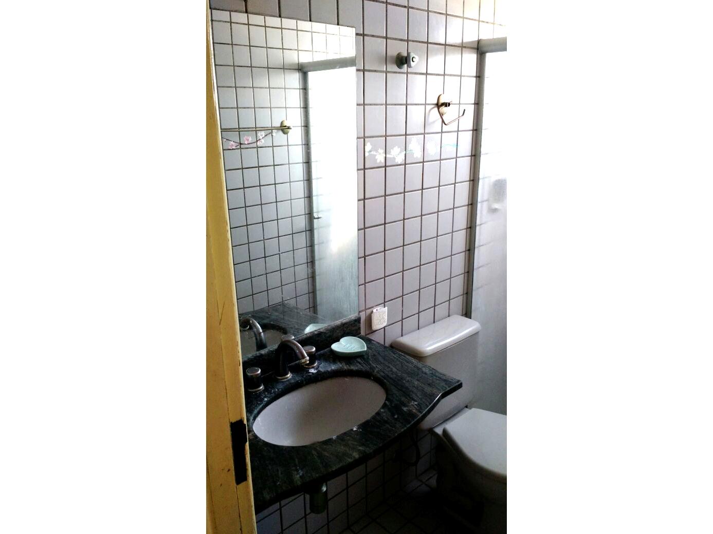 Sacomã, Apartamento Padrão-Banheiro com piso de cerâmica, pia de granito e box de vidro.