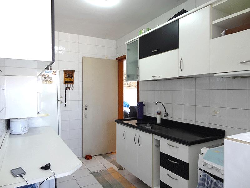 Sacomã, Apartamento Padrão-Cozinha com piso de cerâmica, pia de granito, gabinete e armários planejados.