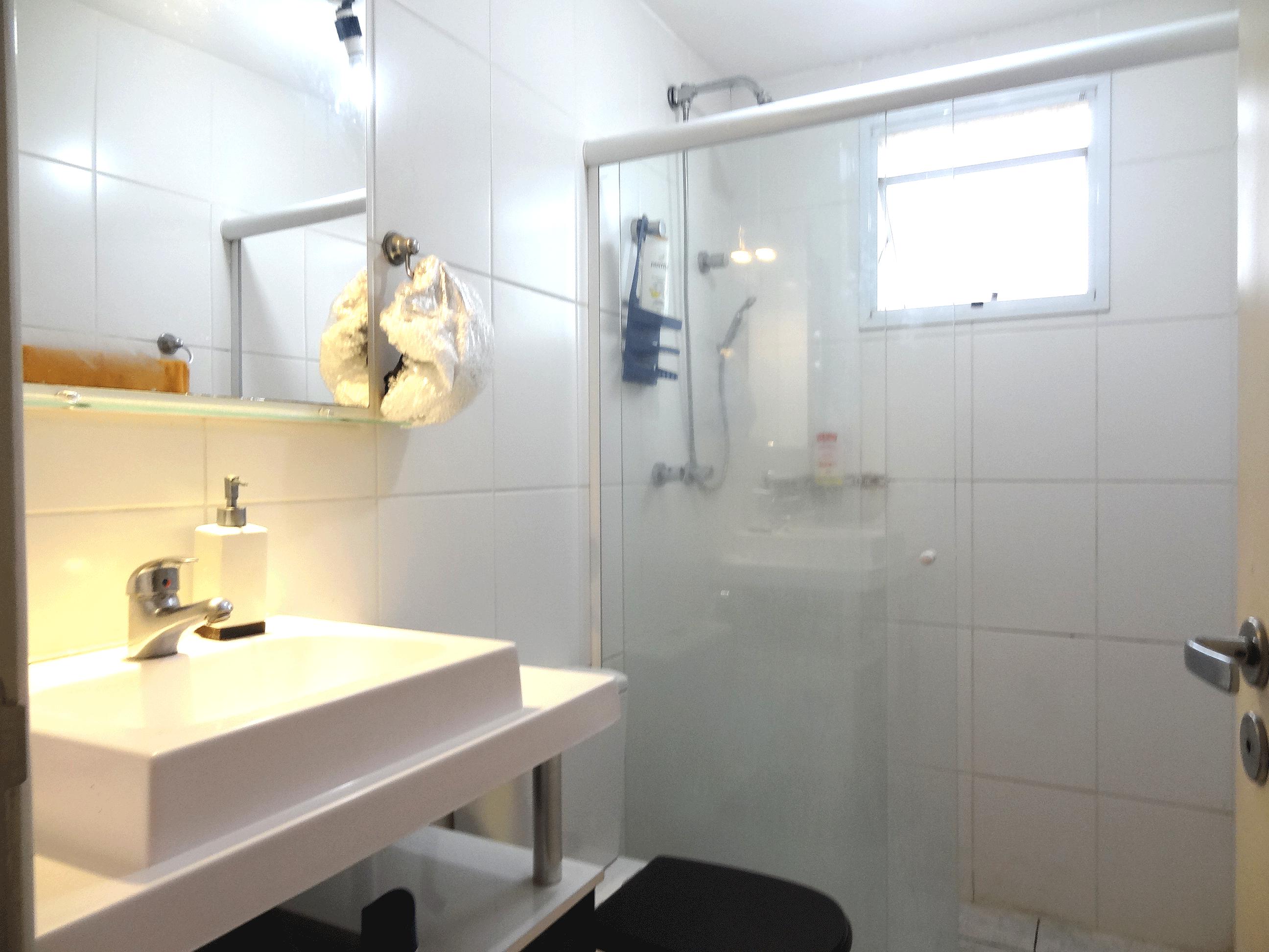 Jabaquara, Apartamento Garden-Banheiro da suíte com piso de cerâmica, pia de porcelana, gabinete e box de vidro.