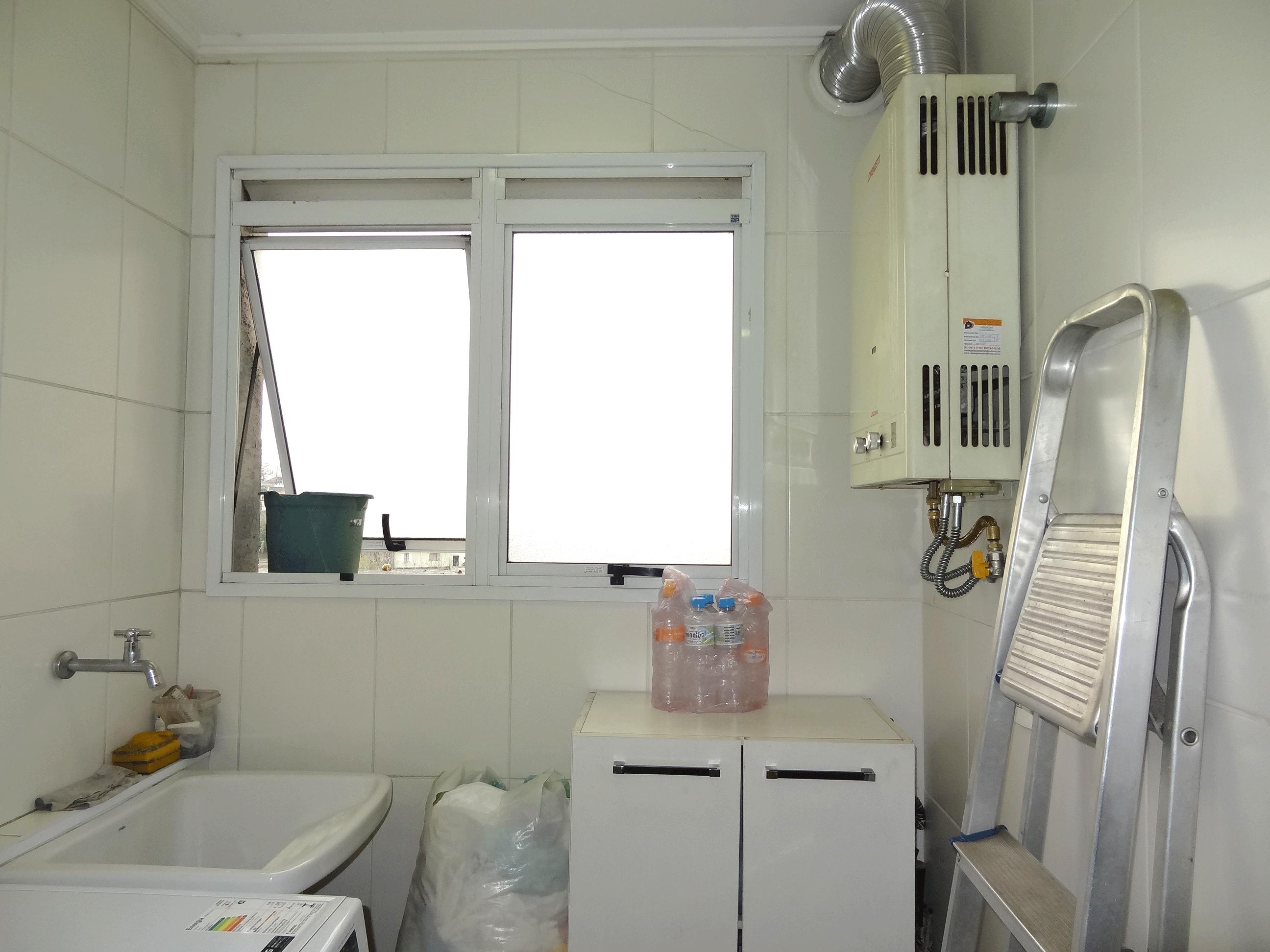 Jabaquara, Apartamento Garden-Área de serviço com piso de cerâmica, aquecedor de passagem e teto com moldura de gesso.