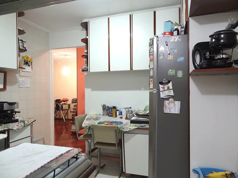 Sacomã, Apartamento Padrão-Cozinha com piso de cerâmica, pia de granito, armários planejados e teto com moldura de gesso.