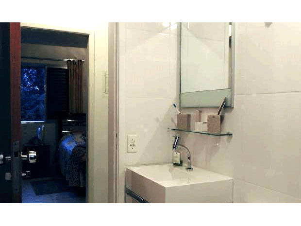 Sacomã, Apartamento Padrão-Banheiro com pia e box de vidro.