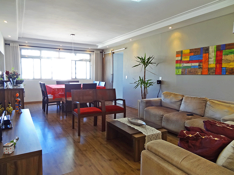 Ipiranga, Apartamento Padrão - Sala retangular com piso laminado, teto com sanca de gesso e iluminação embutida.