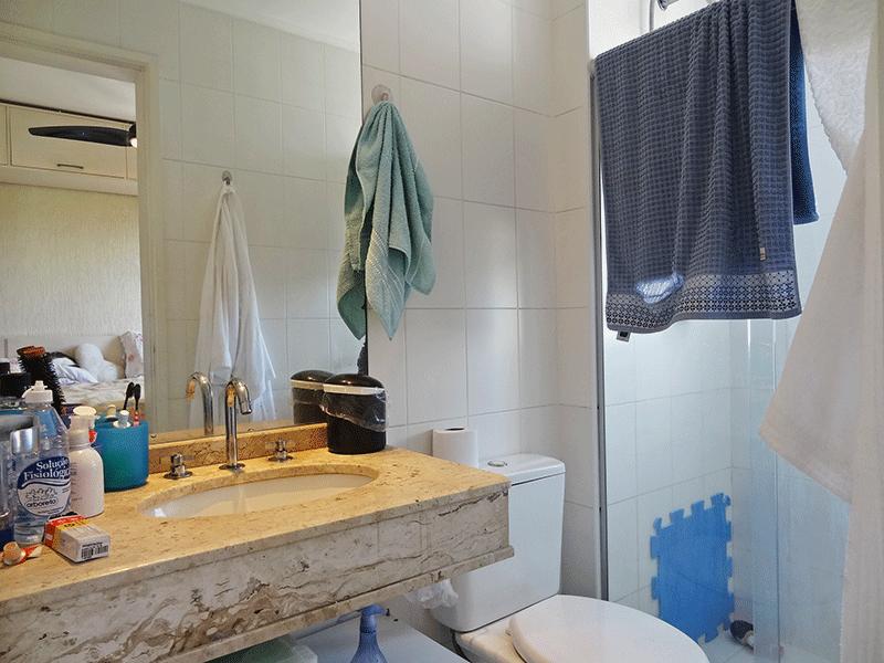 Ipiranga, Apartamento Padrão-Banheiro da suíte com piso de cerâmica, pia de mármore, box de vidro e teto com moldura de gesso.