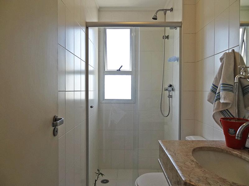 Ipiranga, Apartamento Padrão-Banheiro social com piso de cerâmica, pia de mármore, box de vidro e teto com moldura de gesso.