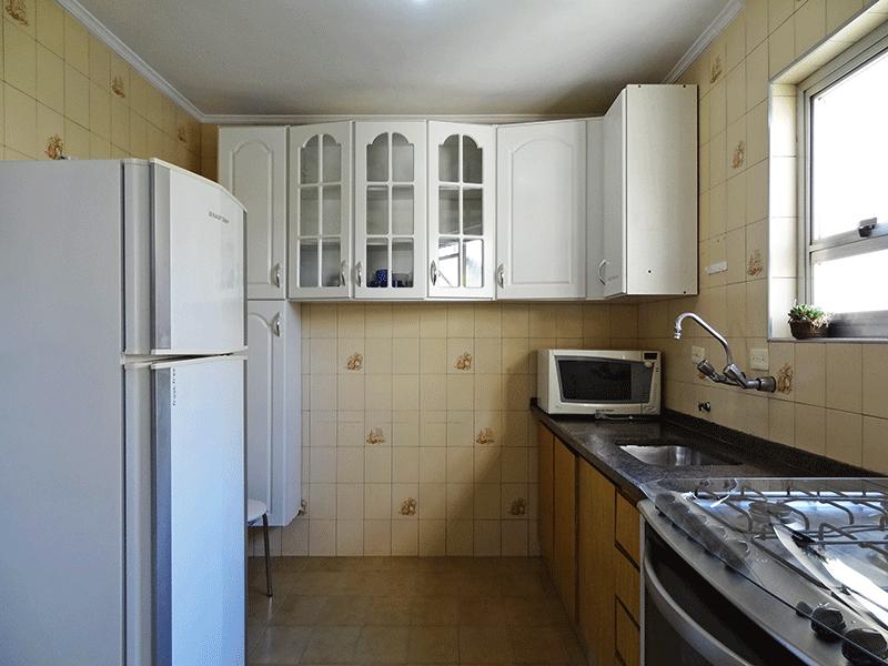 Sacomã, Apartamento Padrão-Cozinha com piso de cerâmica, pia de granito, gabinete, ventilação externa e teto com moldura de gesso.