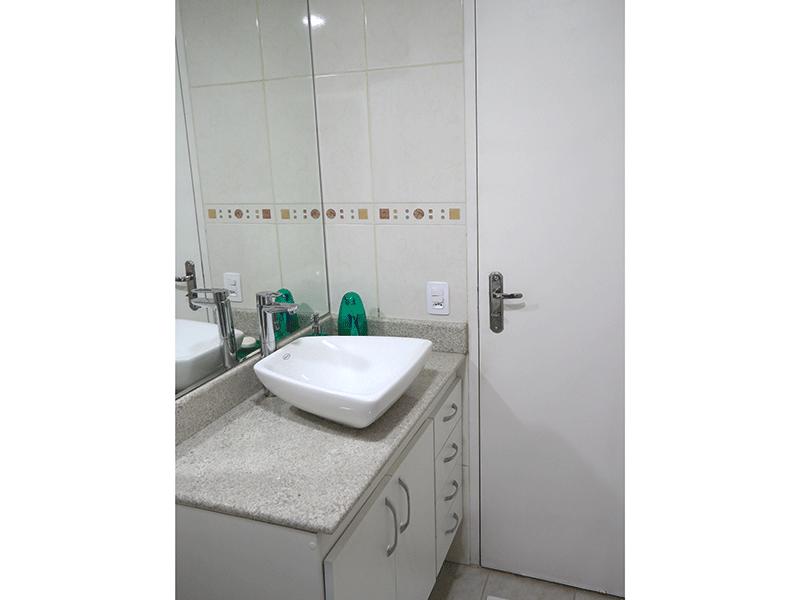 Sacomã, Apartamento Padrão-Banheiro social com piso de cerâmica, pia com bancada de granito, cuba sobreposta e gabinete.