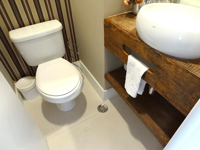 Ipiranga, Apartamento Padrão-Lavabo com piso de porcelanato, pia com bancada de madeira, cuba sobreposta e teto com moldura de gesso (parte da sala transformado em lavabo).
