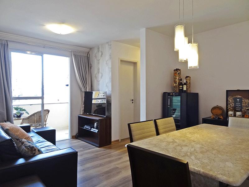 Jabaquara, Apartamento Padrão - Sala em L com piso laminado e acesso à varanda.