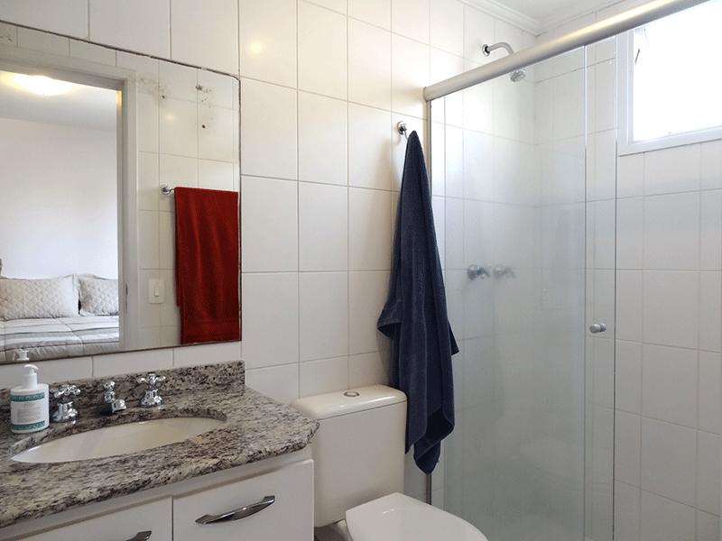 Jabaquara, Apartamento Padrão-Banheiro da suíte  com piso de cerâmica, pia de granito, gabinete, box de vidro e teto com moldura de gesso.