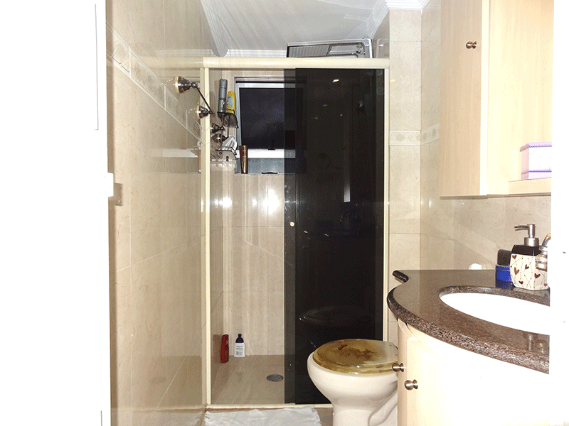 Sacomã, Apartamento Padrão-Banheiro social com piso de porcelanato, pia de granito, gabinete, box de vidro e teto com moldura de gesso.