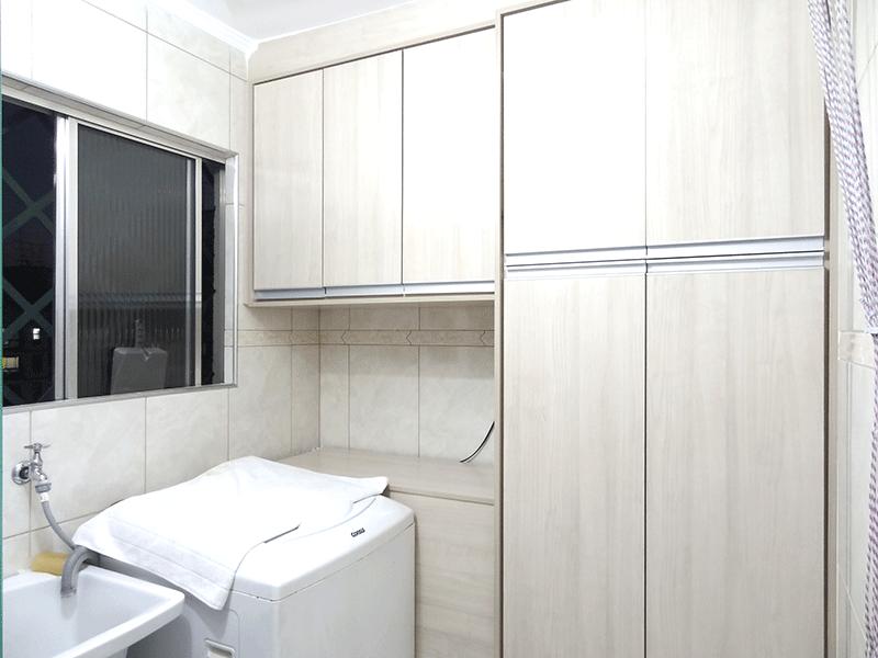 Sacomã, Apartamento Padrão-Área de serviço com piso de porcelanato, armários planejados e teto com moldura de gesso.
