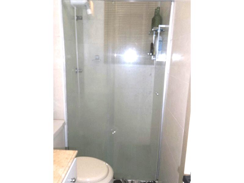 Sacomã, Apartamento Padrão-Banheiro com piso de cerâmica, pia de mármore, gabinete, box de vidro e teto com moldura de gesso.