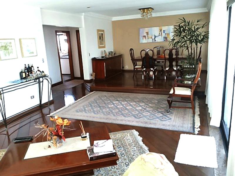 Ipiranga, Apartamento Padrão - Sala com dois ambientes, piso de madeira, teto com moldura de gesso e acesso à sacada.