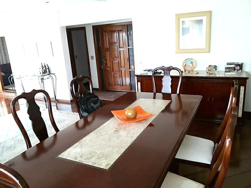 Ipiranga, Apartamento Padrão-Sala com dois ambientes, piso de madeira, teto com moldura de gesso e acesso à sacada.