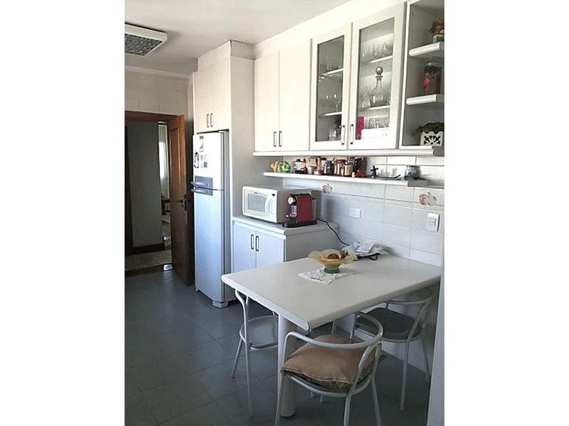 Ipiranga, Apartamento Padrão-Cozinha com piso de cerâmica, pia de granito, gabinete armários planejados e teto com moldura de gesso.