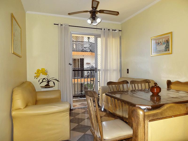 Sacomã, Apartamento Padrão-Sala retangular com piso de porcelanato, armário embutido, teto com moldura de gesso e acesso à varanda.