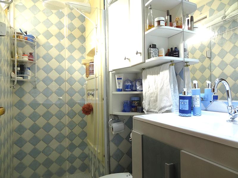 Sacomã, Apartamento Padrão-Banheiro social com piso de cerâmica, pia sintética, gabinete, box de vidro e teto com moldura de gesso.