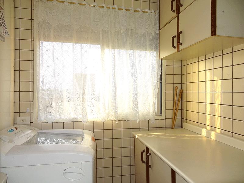 Sacomã, Apartamento Padrão-Área de serviço com piso de porcelanato, armários planejados e aquecedor de passagem.