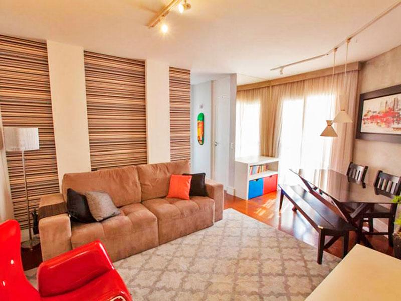 Jabaquara, Apartamento Padrão-Sala irregular com piso de laminado e acesso à sacada.