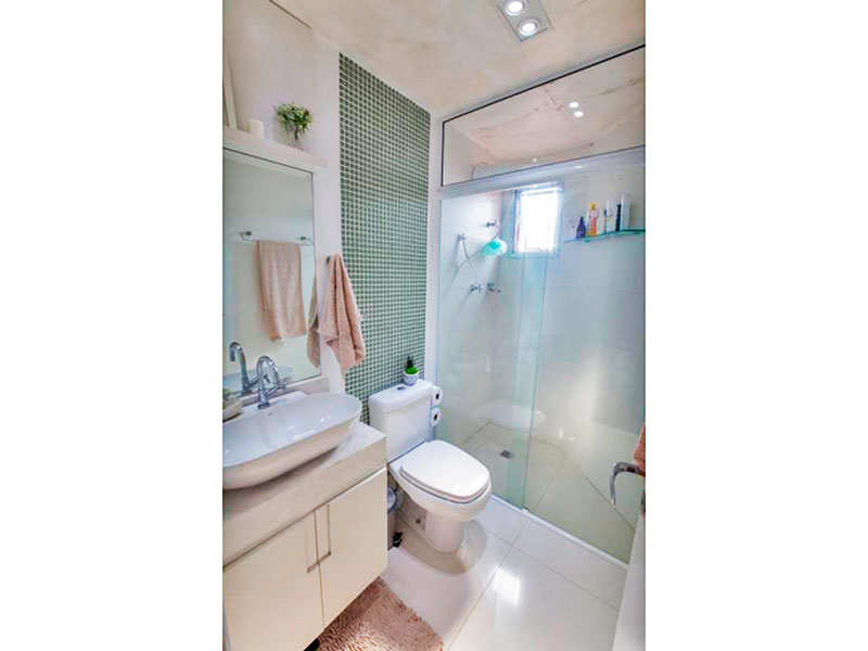 Jabaquara, Apartamento Padrão-Banheiro social com piso de porcelanato, iluminação embutida, gabinete, pia sobreposta e box de vidro.
