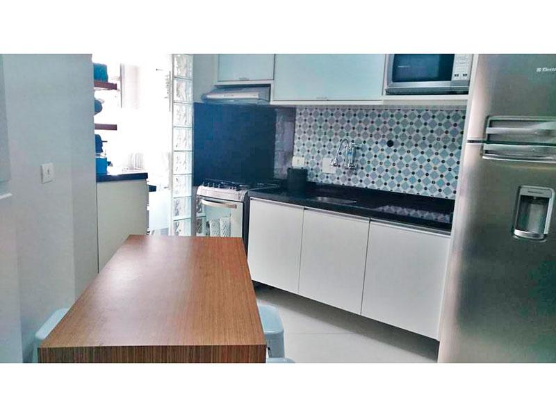 Jabaquara, Apartamento Padrão-Cozinha com piso de porcelanato, armários planejados, gabinete, pia de granito e acesso a área de serviço.