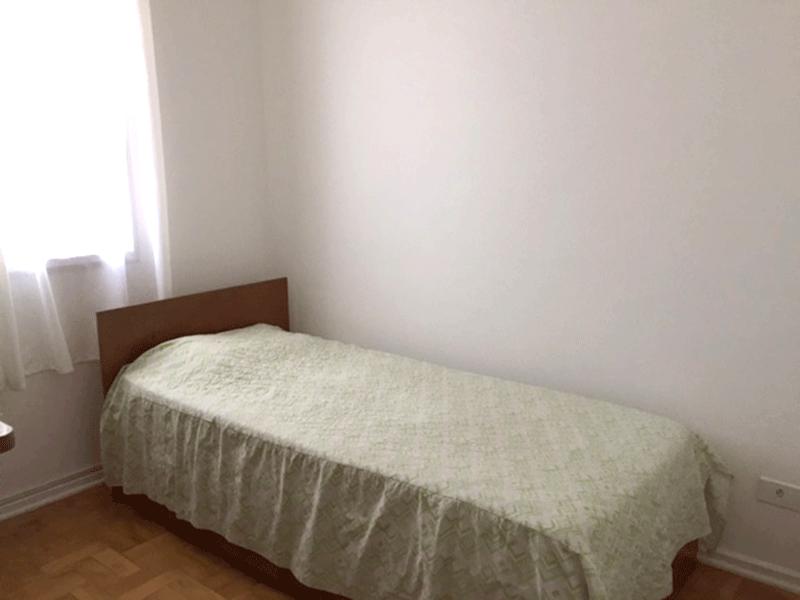 Ipiranga, Apartamento Padrão-2º dormitório com piso de taco, armários planejados e teto com moldura de gesso.