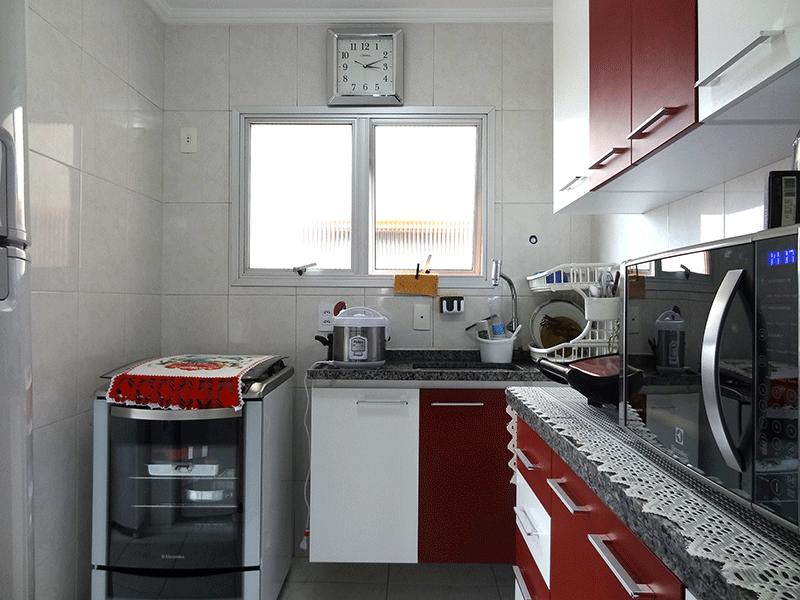 Jabaquara, Apartamento Padrão-Cozinha com piso de cerâmica, pia de granito, gabinete, armários planejados, teto com moldura de gesso e porta de alumínio na passagem para a área de serviço.
