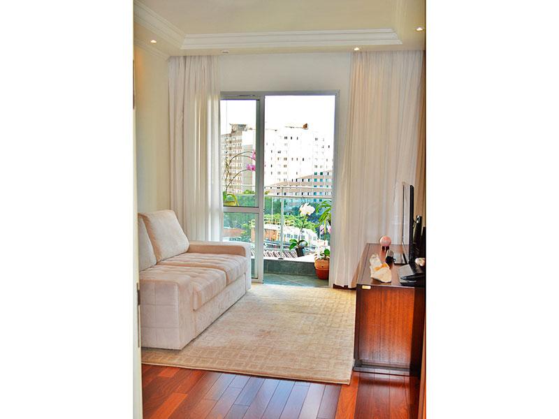 Jabaquara, Apartamento Padrão - Sala em L com piso de tacão, teto com sanca de gesso, iluminação embutida e acesso a varanda.