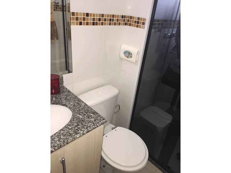 Jabaquara, Apartamento Padrão-Banheiro da suíte com pia de granito, gabinete e box de vidro.