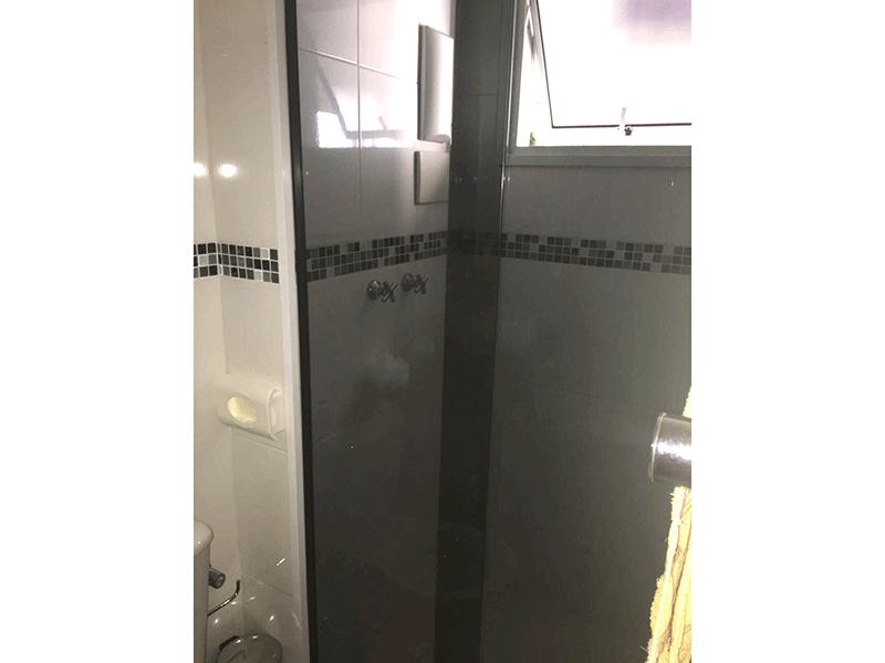 Jabaquara, Apartamento Padrão-Banheiro social com box de vidro e pia com cuba sobreposta.