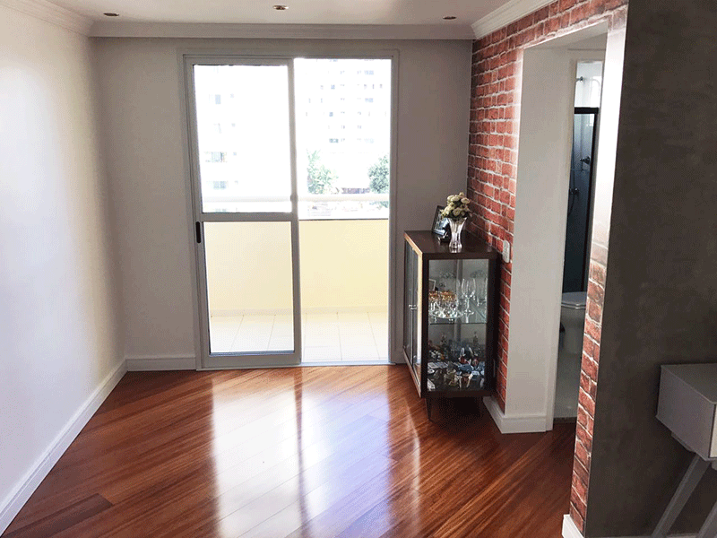 Jabaquara, Apartamento Padrão - Sala com dois ambientes, piso laminado, teto com sanca de gesso, iluminação embutida e acesso à varanda.