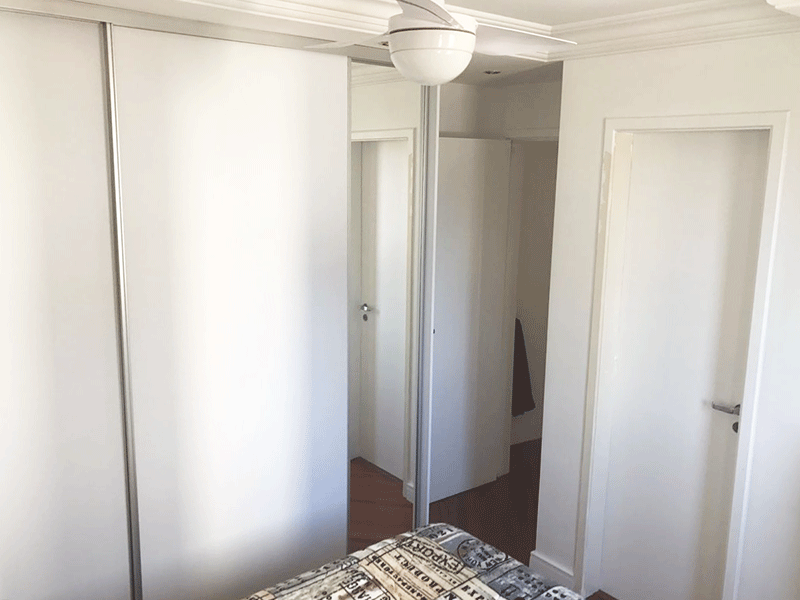 Jabaquara, Apartamento Padrão-Suíte com piso laminado, armários planejados e teto com moldura de gesso.