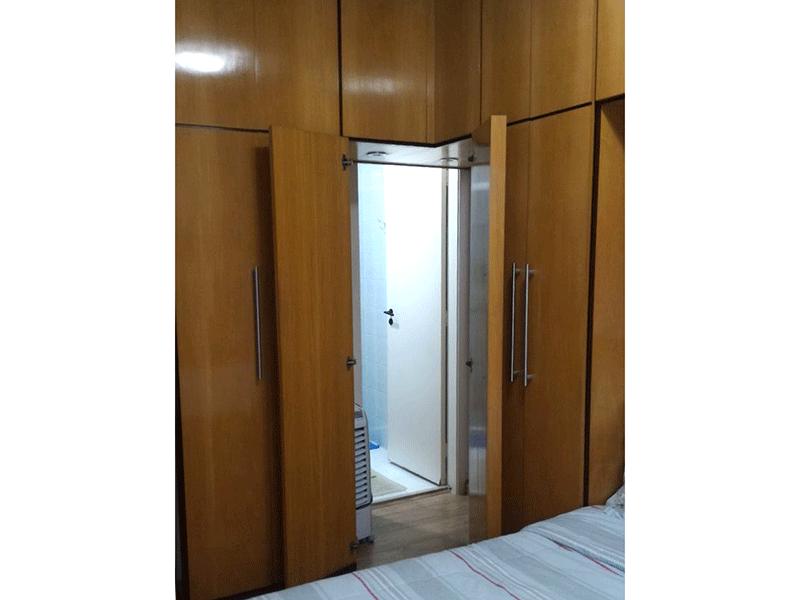 Sacomã, Apartamento Padrão-Suíte com piso de tábua de madeira, armários planejados e teto com moldura de gesso.