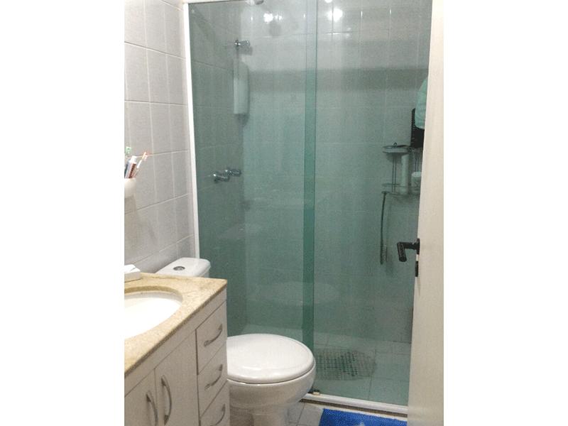 Sacomã, Apartamento Padrão-Banheiro da suíte com piso de cerâmica, pia de granito, gabinete, box de vidro e teto com moldura de gesso.