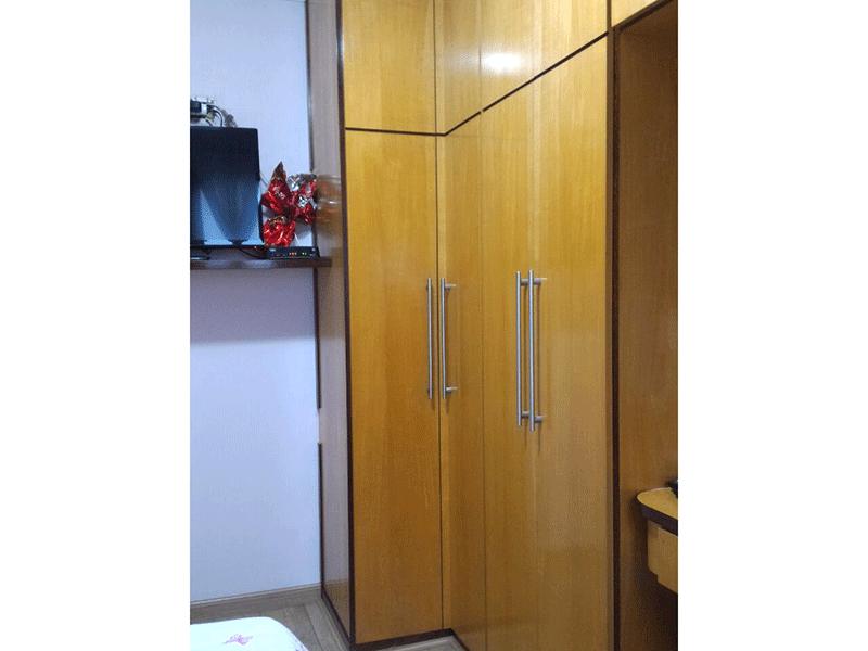 Sacomã, Apartamento Padrão-2º dormitório com piso de tábua de madeira, armários planejados e teto com moldura de gesso.