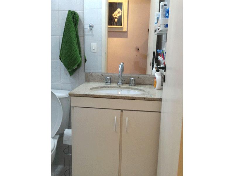 Sacomã, Apartamento Padrão-Banheiro social com piso de cerâmica, pia de granito, gabinete, box de vidro e teto com moldura de gesso.