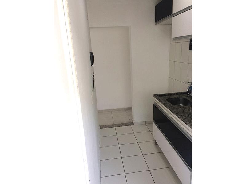 Sacomã, Apartamento Padrão-Cozinha com piso de cerâmica, pia de granito, gabinete e porta de alumínio na passagem para a área de serviço.