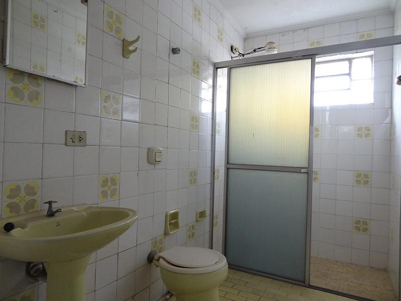 Ipiranga, Apartamento Padrão-Banheiro com piso de cerâmica e teto com moldura de gesso.
