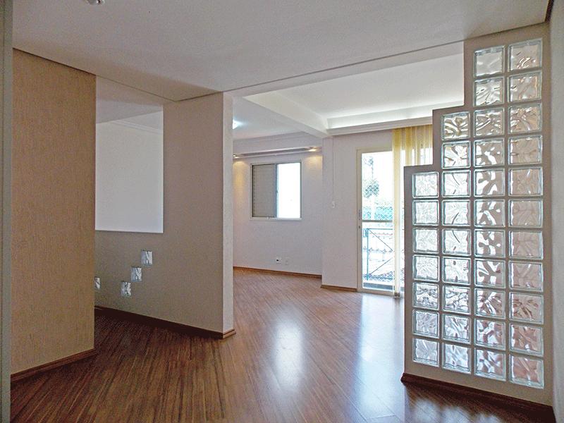 Sacomã, Apartamento Padrão - Sala ampliada com dois ambientes, piso laminado, teto com sanca de gesso, iluminação embutida e acesso à varanda (3º dormitório transformado em sala ampliada).