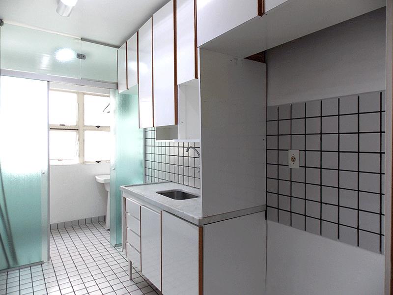 Sacomã, Apartamento Padrão-Cozinha com piso de cerâmica, pia de mármore, gabinete, armários planejados e porta de vidro na passagem para a área de serviço.